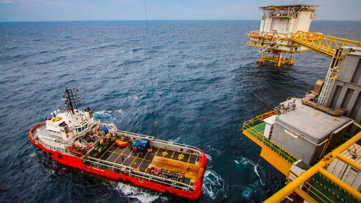 Rig and tug offshore